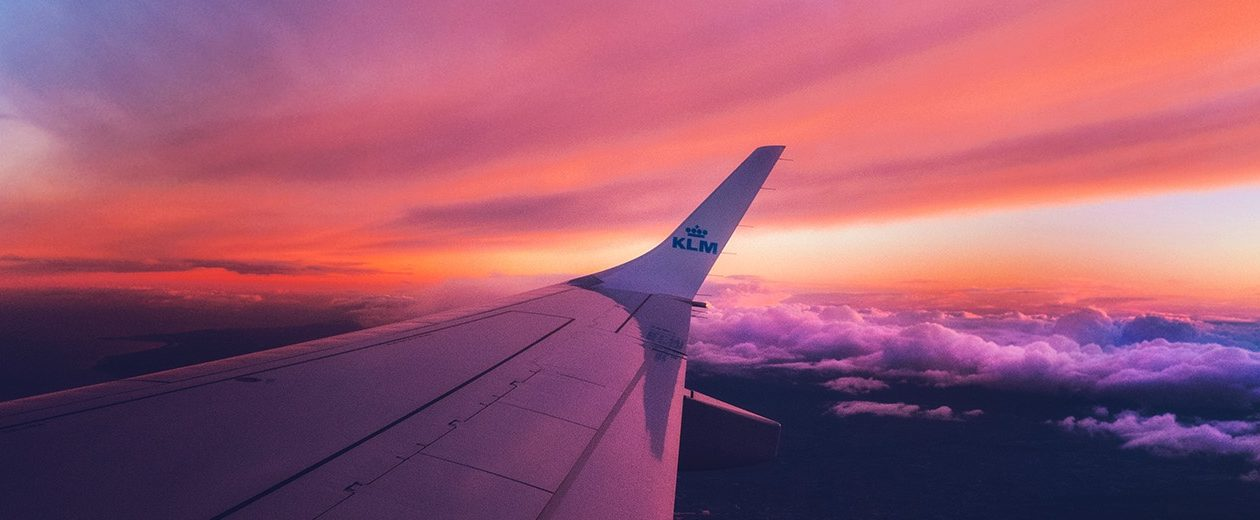 ala de avión volando en el cielo