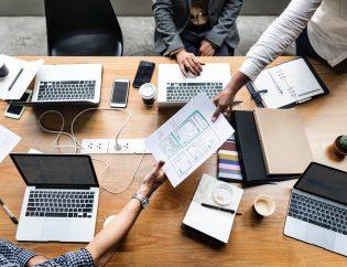 mesa de trabajo con ordenadores portátiles