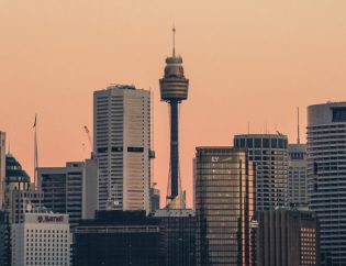 ciudad grande con edificios altos