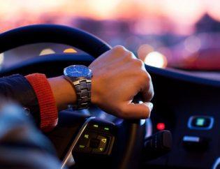 hombre conduciendo en un coche