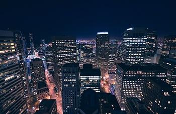 vista panorámica de una ciudad grande de noche