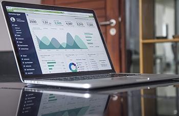 ordenador análisis estrategia de marketing digital
