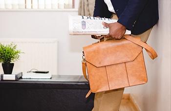 hombre con un maletín y periódico