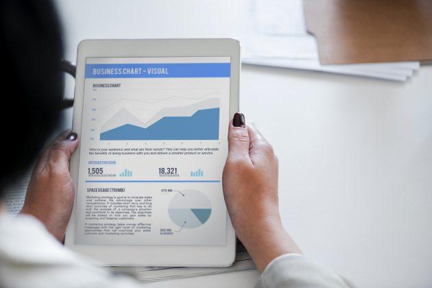 tablet blanca con gráficos de analíticas web