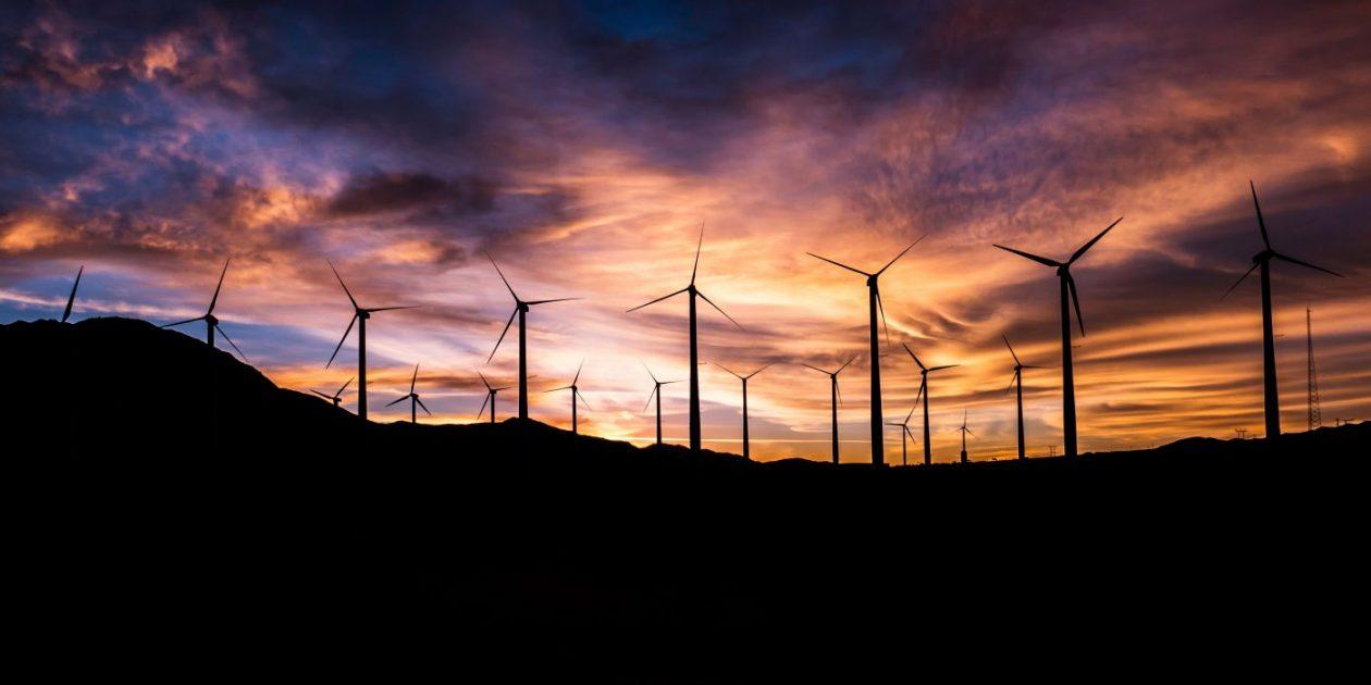molinos de viento durante el atardecer
