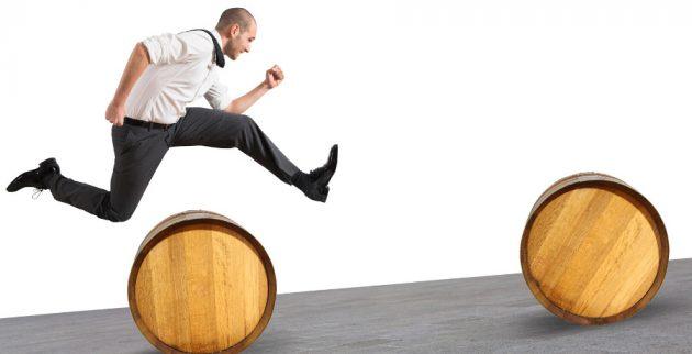 Hombre saltando obstáculos