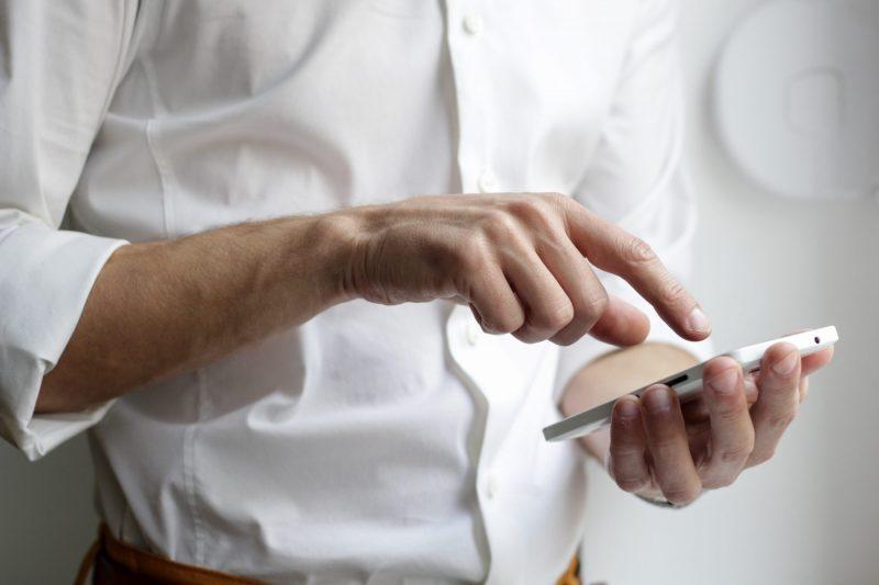 persona utilizando un smartphone