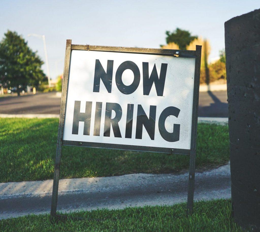 """Cartel """"Now hiring"""" - estamos contratando."""
