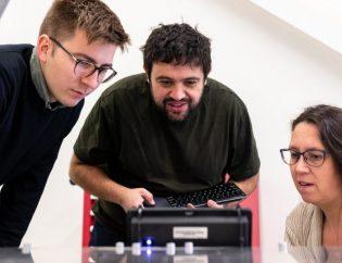 Personas trabajando en tecnología RPA