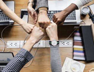 Personas en un entorno de trabajo del sector de la tecnología.
